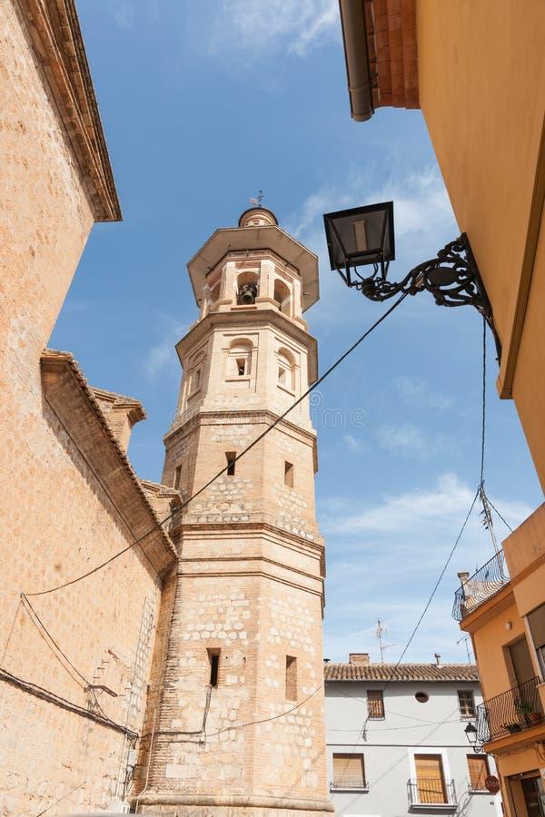 Aumento della guglia della chiesa di Alcalali attraverso lo stretto m. in genere storica fotografie stock libere da diritti