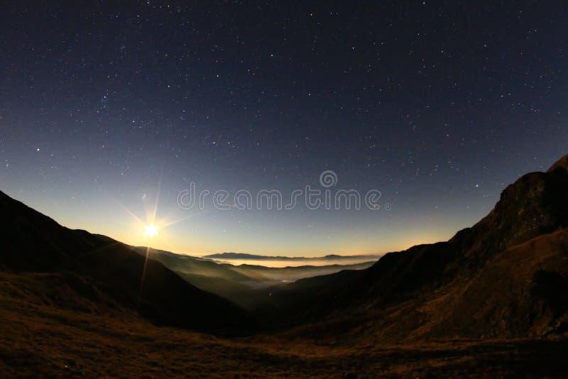 Aumento della luna fotografie stock