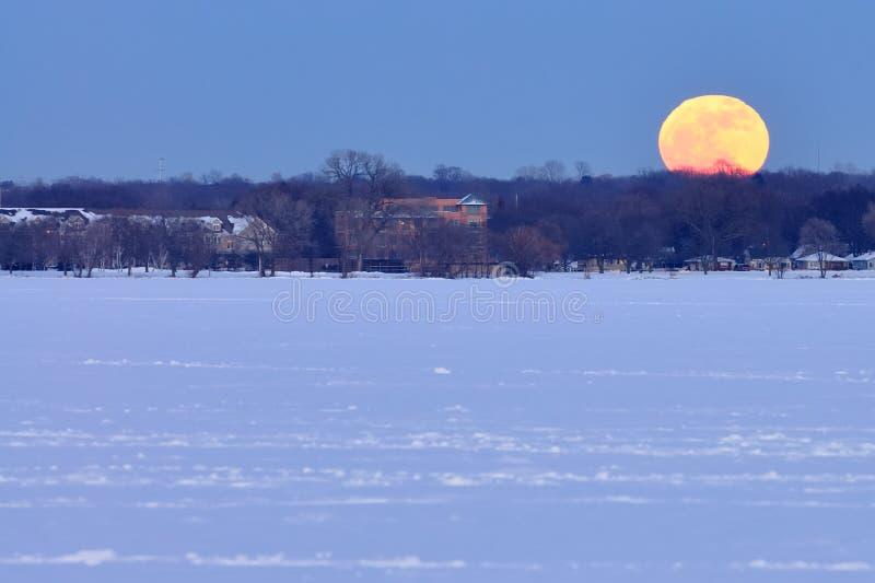 Aumento della luna piena sopra il lago Monona fotografia stock