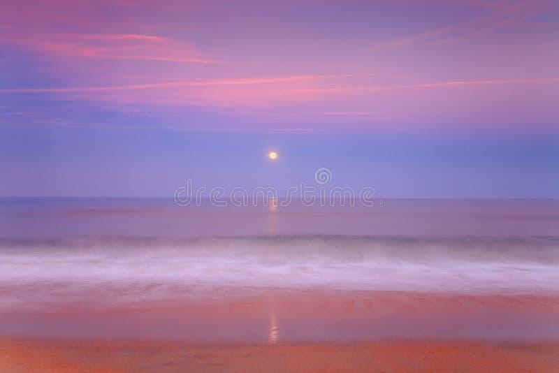 Aumento della luna sopra l'oceano immagini stock libere da diritti