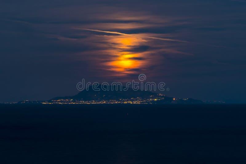 Aumento della luna sull'isola degli ischi in Italia immagini stock libere da diritti