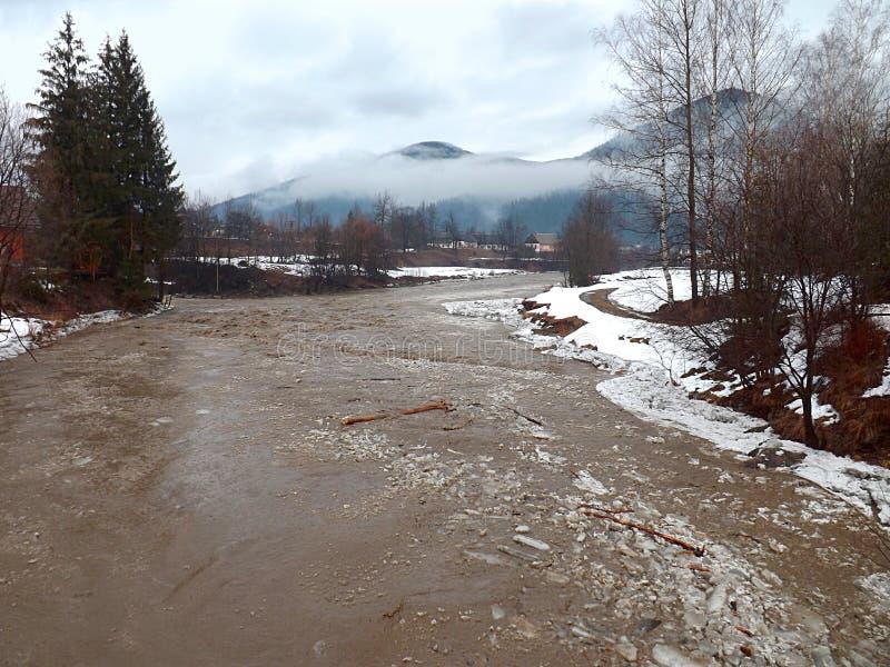 Aumento di acqua nel fiume della montagna sui Carpathians immagini stock libere da diritti