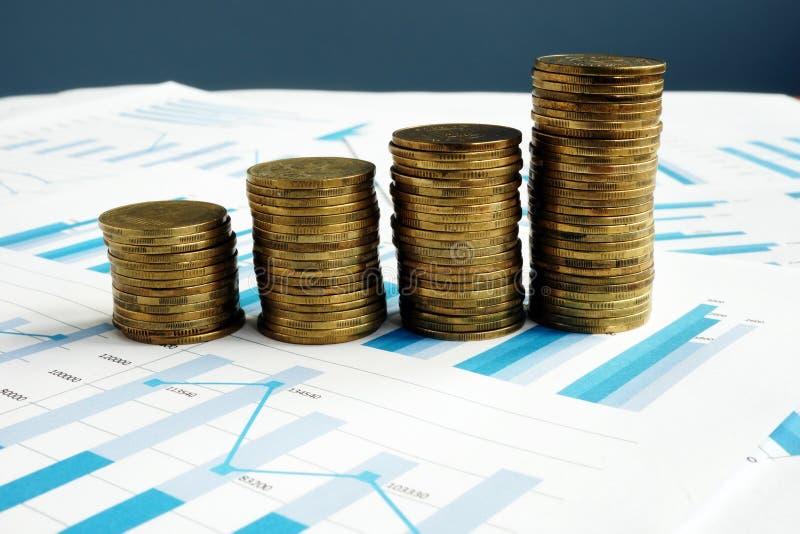 Aumento di profitto Pile di monete e di rapporto finanziario immagine stock libera da diritti