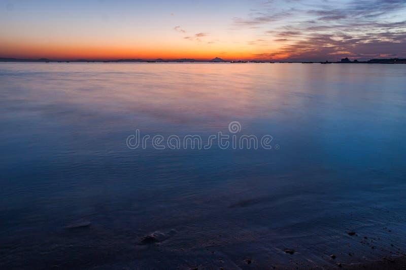 Download Aumento Di Sun Alla Spiaggia Del Mare Della Roccia Fotografia Stock - Immagine di dusky, giorno: 56890916