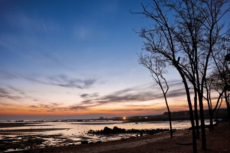 Download Aumento Di Sun Alla Spiaggia Del Mare Della Roccia Immagine Stock - Immagine di isola, dusk: 56891441