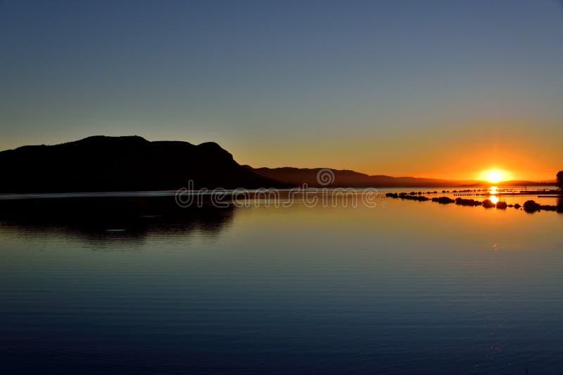 Aumento di Sun della diga di Hartebeespoort fotografia stock