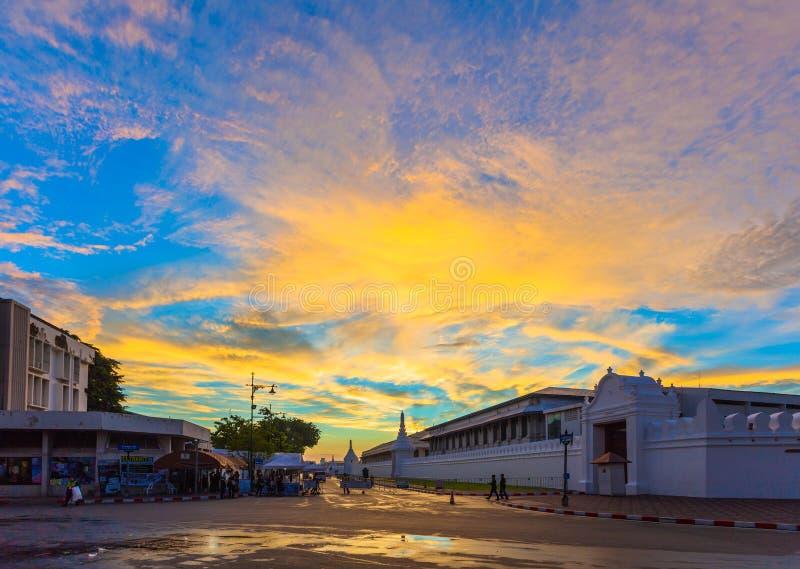 Aumento di Sun sopra wat Phrakeaw a Bangkok fotografie stock libere da diritti