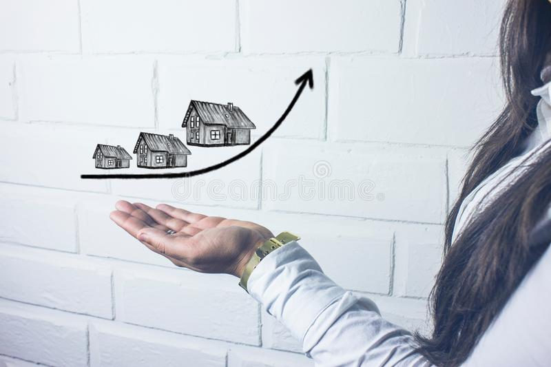 Aumento do custo das casas, conceito dos bens imobiliários imagens de stock royalty free