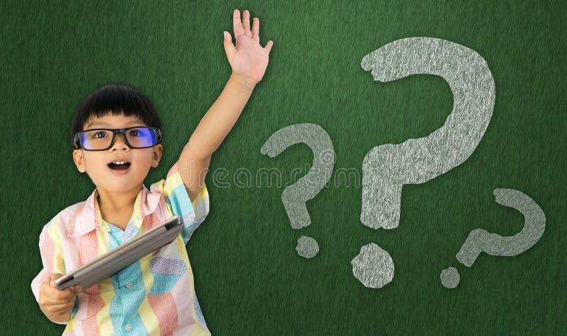 Aumento do menino sua mão para fazer a pergunta imagens de stock