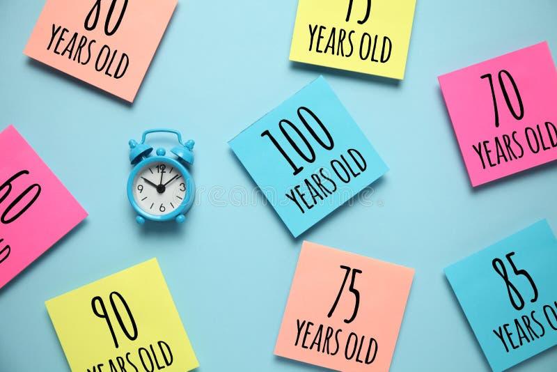 Aumento en comunidad de la longevidad Sociedad que envejece, retiro Crecimiento de la extensi?n de vida media foto de archivo