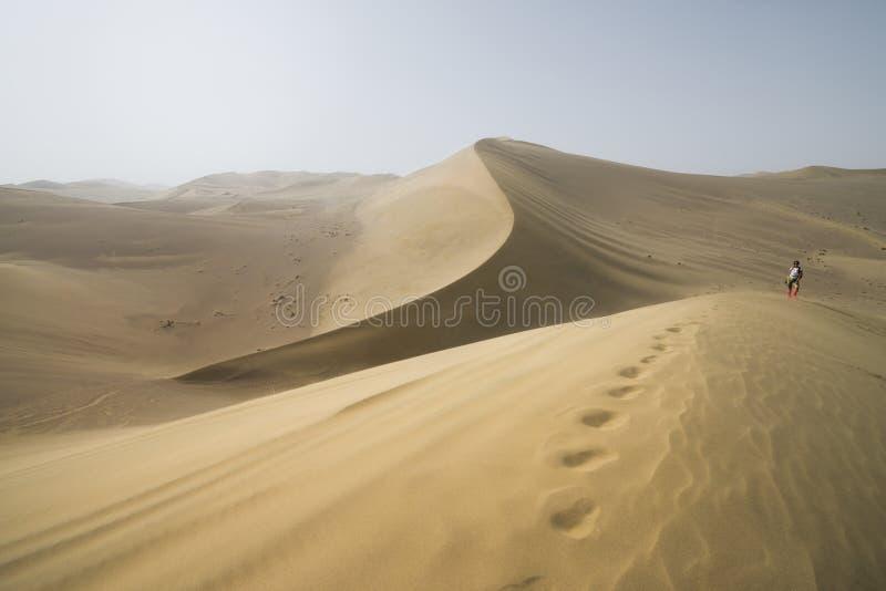 Aumento nel deserto del Gobi Dune di sabbia con l'orma nel deserto del Gobi in Cina fotografia stock libera da diritti