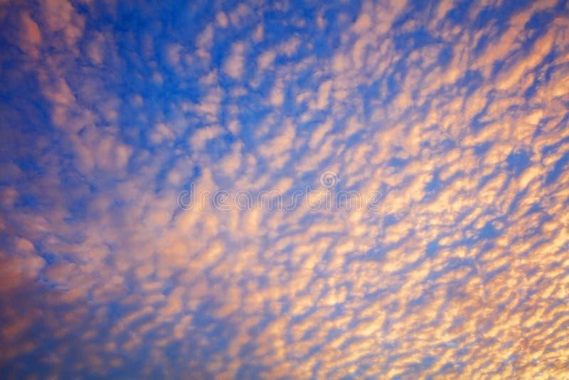 Aumento panoramico del sole di colore vibrante e cielo stabilito del sole con la nuvola un giorno nuvoloso Bello cirro fotografia stock