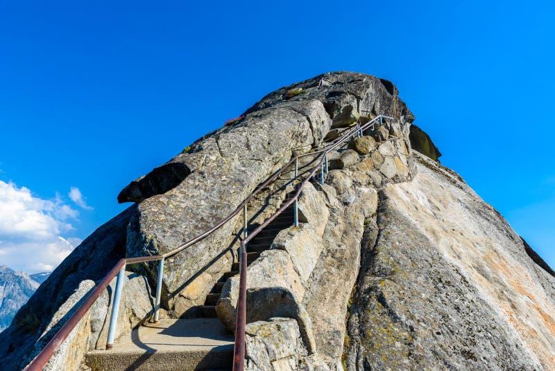 Aumento su Moro Rock Staircase verso la cima della montagna, formazione rocciosa della cupola del granito nel parco nazionale del fotografie stock libere da diritti