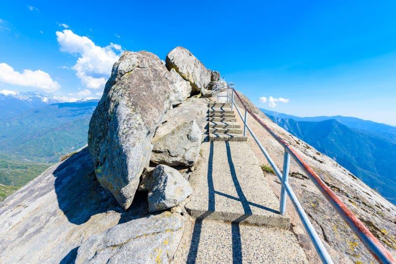 Aumento su Moro Rock Staircase verso la cima della montagna, formazione rocciosa della cupola del granito nel parco nazionale del fotografia stock