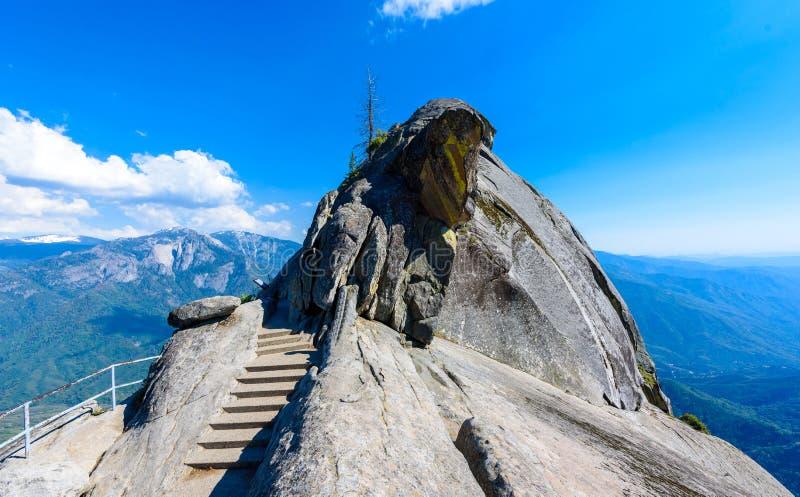 Aumento su Moro Rock Staircase verso la cima della montagna, formazione rocciosa della cupola del granito nel parco nazionale del fotografia stock libera da diritti