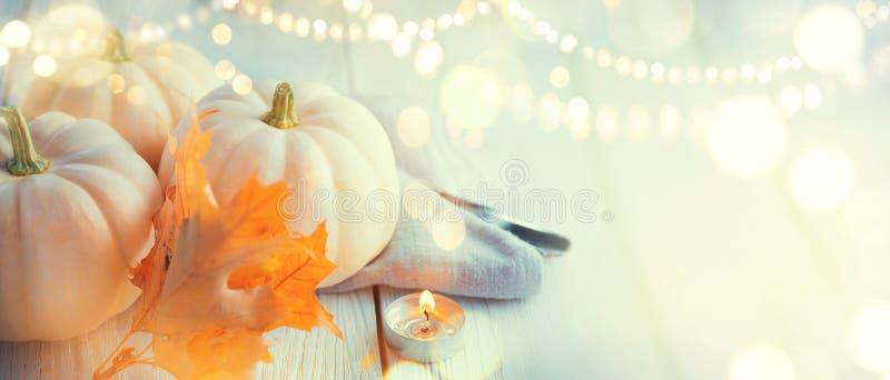 aunumn tło opuszczać życie nad spokojny dziękczynieniem drewniany Drewniany stół, dekorujący z baniami, jesień liśćmi i świeczkam fotografia royalty free