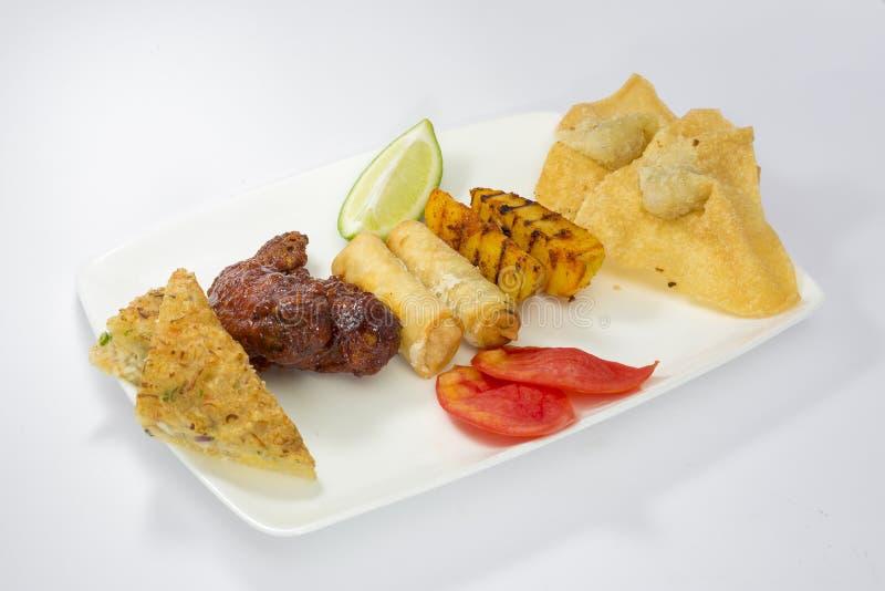 Auonthon, Frühlingsrolle, Garnelen-Toast, grillte Kartoffel- und Hühnerflügel Servierplatte lizenzfreies stockfoto
