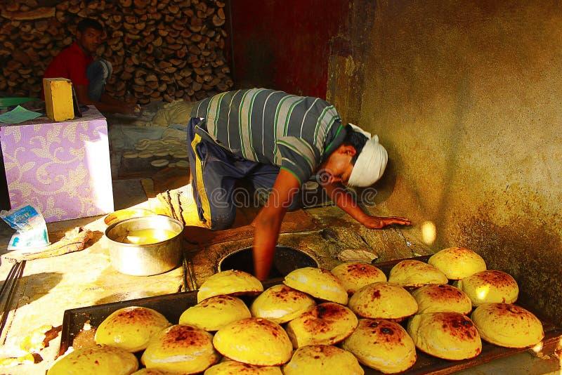 AURANGABAD, MAHARASHTRA, la INDIA, enero de 2016, cocinero hace naan en un restaurante fotos de archivo libres de regalías