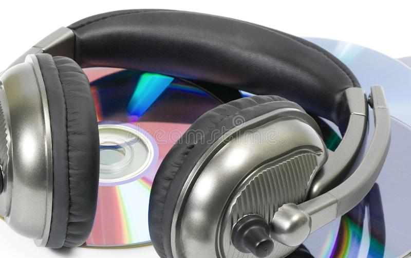 auricular de DJ en pila del CD imagen de archivo
