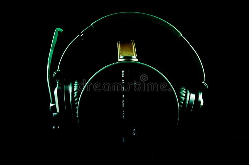 Auricular en la caja de música portátil imagenes de archivo