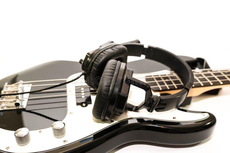 Auricular en la guitarra baja aislada en el fondo blanco imagen de archivo libre de regalías