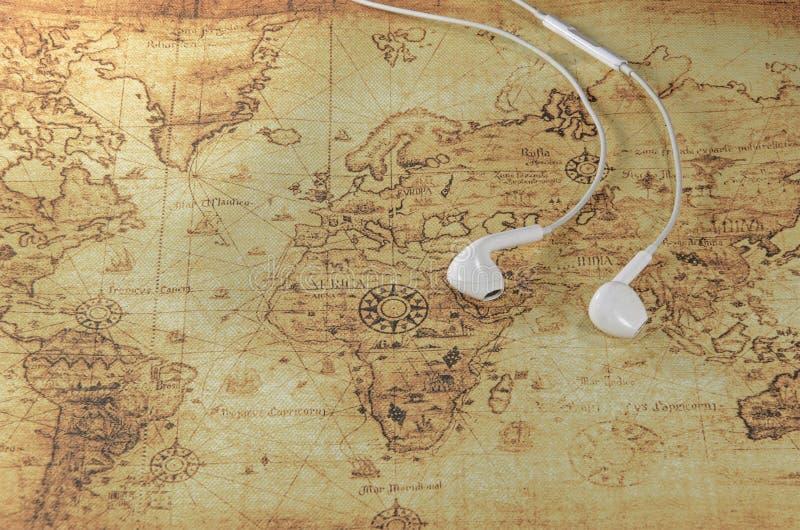 Auricular en un mapa de Viejo Mundo imagenes de archivo