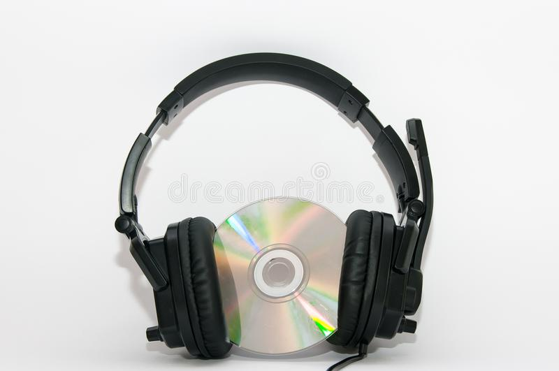 Auricular negro en disco cd colorido imagenes de archivo