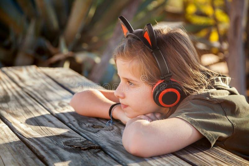 Auricular que lleva de la muchacha rubia joven con Cat Ears en C que se sienta superior imagen de archivo