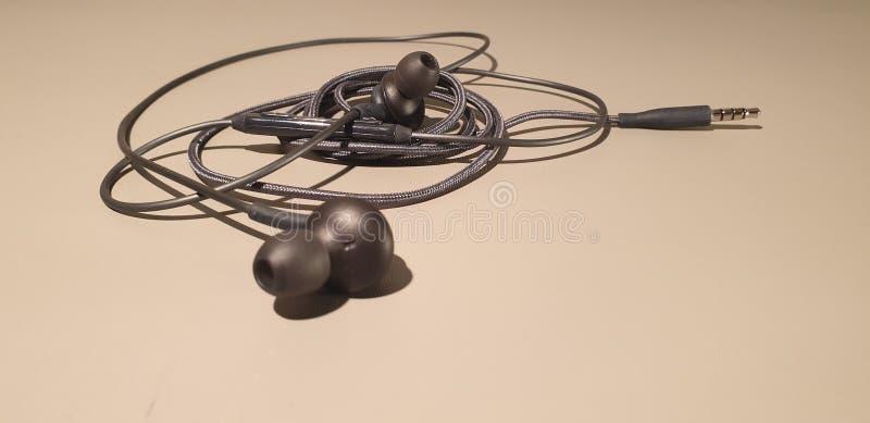 Auriculares atados con alambre Auriculares móviles de las auriculares Enchufes de los auriculares fotografía de archivo libre de regalías
