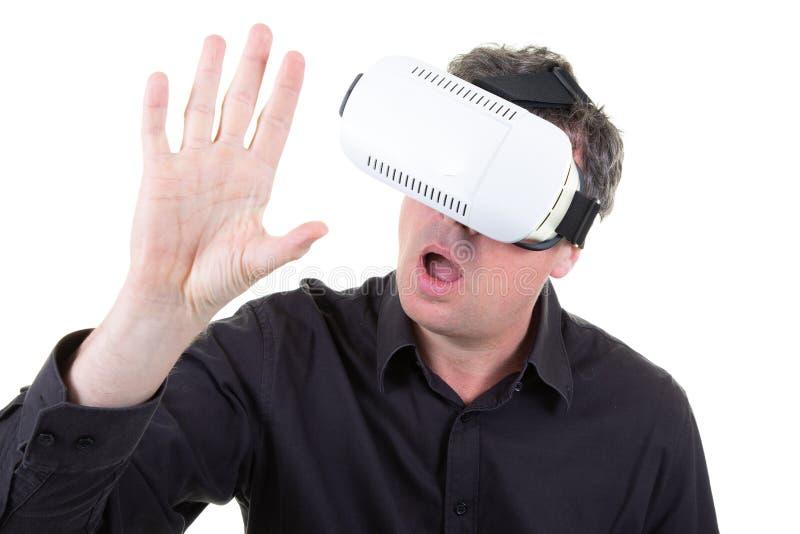 Auriculares brancos vestindo da realidade virtual do homem que têm o grande divertimento imagem de stock royalty free