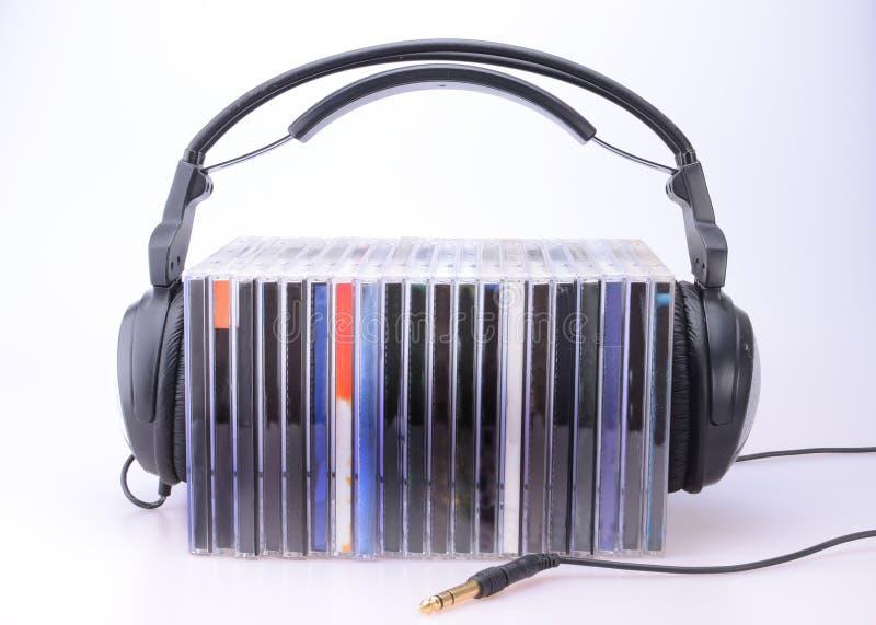Auriculares con la pila de Cdes imagen de archivo