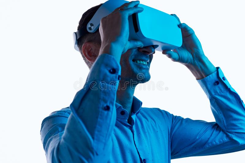 Auriculares conmovedoras masculinas alegres de VR fotos de archivo libres de regalías