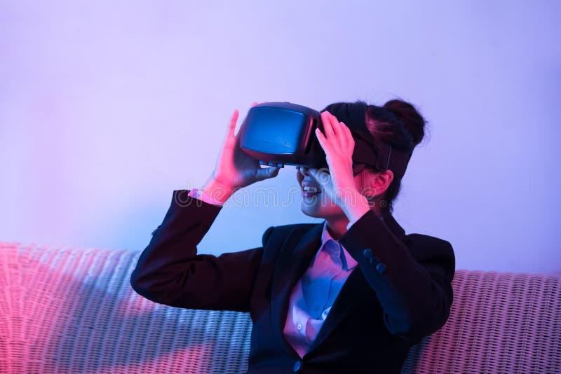 Auriculares da realidade virtual de desgaste de mulher imagem de stock