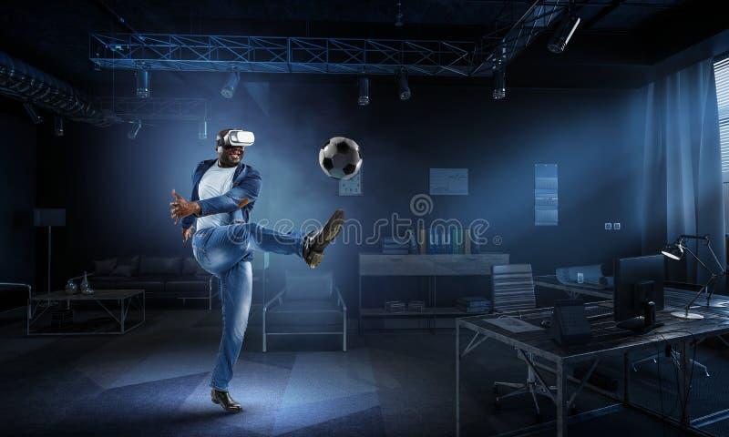 Auriculares da realidade virtual em um homem preto que joga o futebol ilustração do vetor