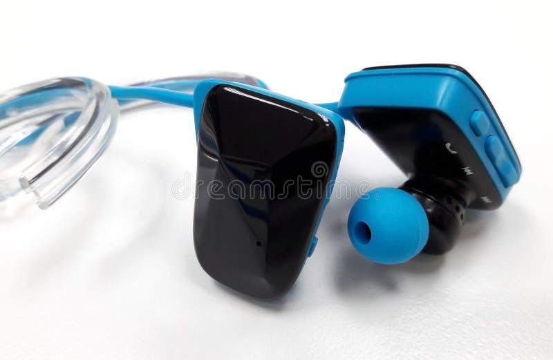 Auriculares de Bluetooth para escutar a música ao movimentar-se ou ao exercis fotos de stock royalty free