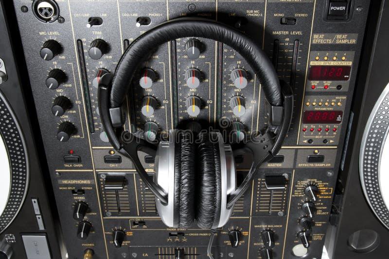 Auriculares de DJ en mezclador fotografía de archivo libre de regalías