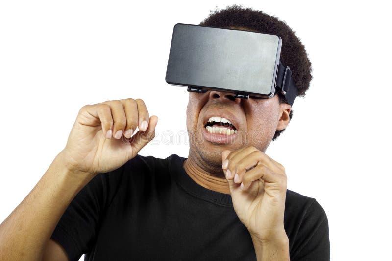 Auriculares de la realidad virtual en varón negro fotografía de archivo