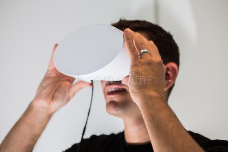 Auriculares de la realidad virtual funcionando fotografía de archivo