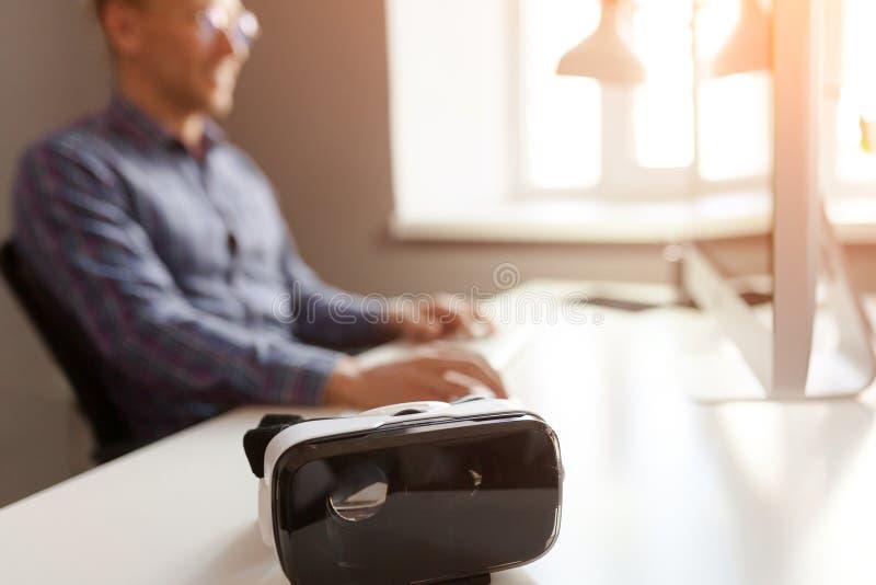 Auriculares de VR en la mesa de la oficina imagen de archivo