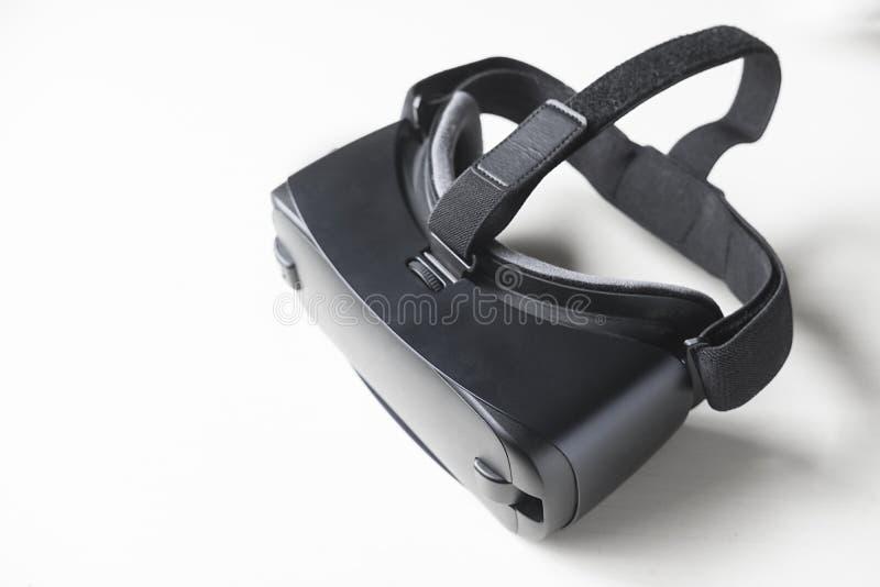 Auriculares del juego VR en el fondo blanco imágenes de archivo libres de regalías