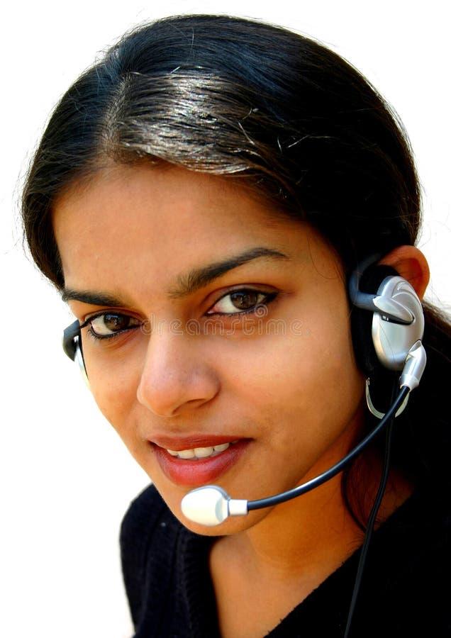 Auriculares desgastando da senhora indiana fotografia de stock
