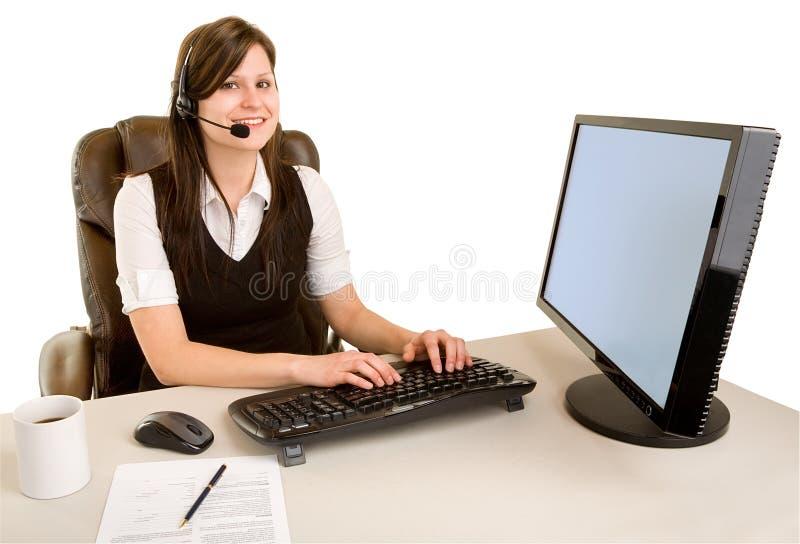 Auriculares desgastando de sorriso da mulher de negócios imagem de stock