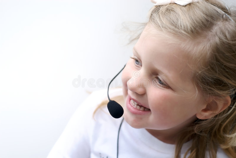 Auriculares desgastando do telefone da rapariga foto de stock royalty free