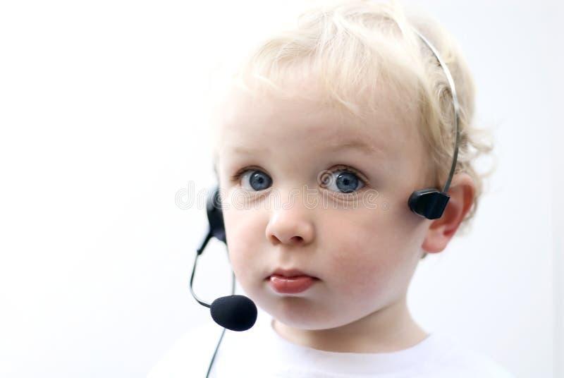 Auriculares desgastando II do telefone do menino novo fotos de stock