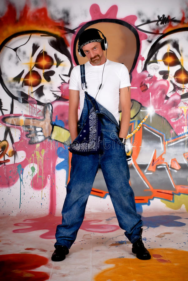Auriculares do homem, parede dos grafittis fotos de stock