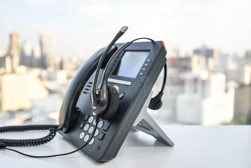 Auriculares e o telefone do IP foto de stock royalty free