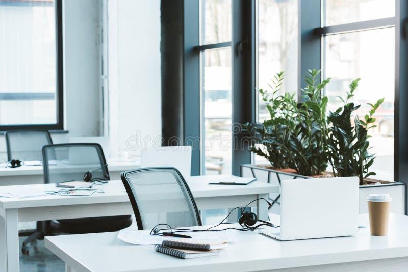 auriculares e portáteis em tabelas fotografia de stock