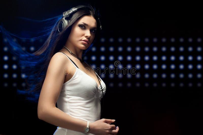Auriculares que desgastan de DJ de la mujer hermosa fotografía de archivo libre de regalías