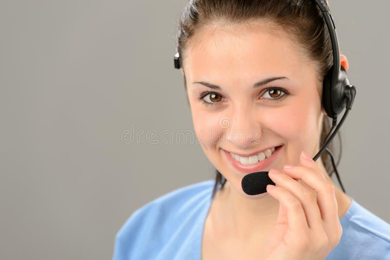 Auriculares que llevan de la ayuda del operador amistoso del teléfono imagenes de archivo