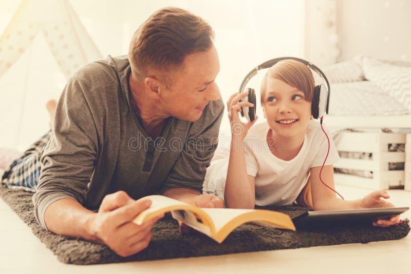 Auriculares que llevan de la muchacha agradable alegre foto de archivo libre de regalías